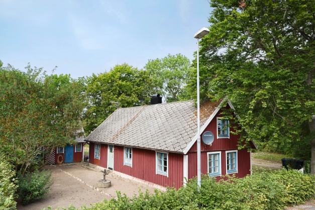 I mysiga Härninge finner vi denna mindre villa med mycket själ, lantligt belägen och omringad av vidsträckta fält.