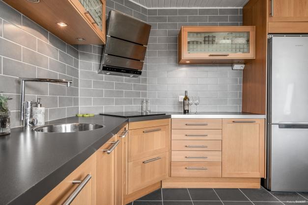Snyggt grått kakel ovanför köksbänken