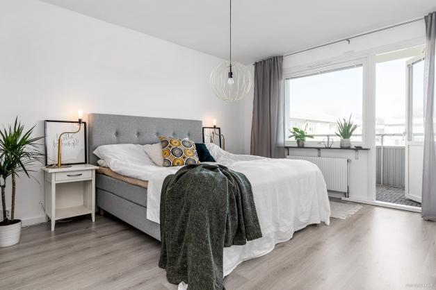 Stort sovrum med plats för dubbelsäng