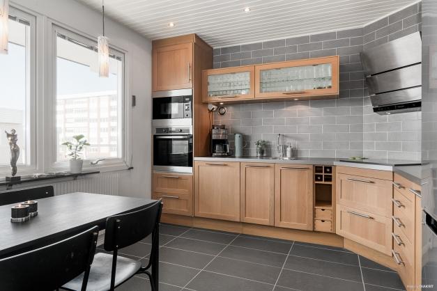 Renoverat kök med gott om förvaring