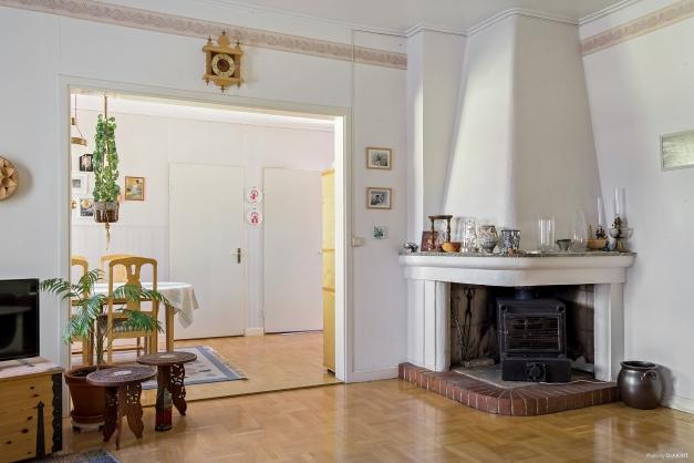 Vardagsrum med öppen spis och kamin insats (Oscar). Vardagsrum mot matrum.