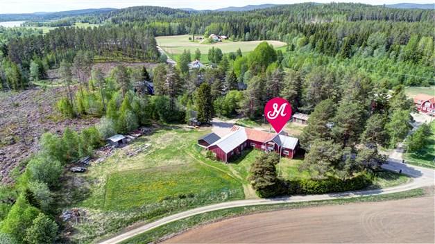 Välkomna till Byn i Gnarp och denna gård med gott om utrymmen!