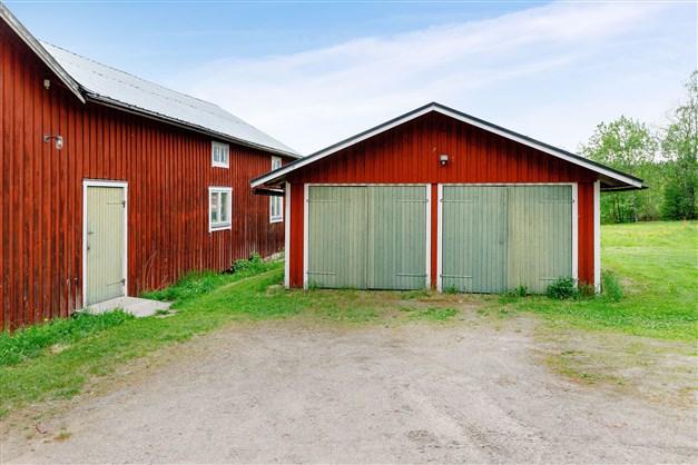 Garage i anslutning till logen