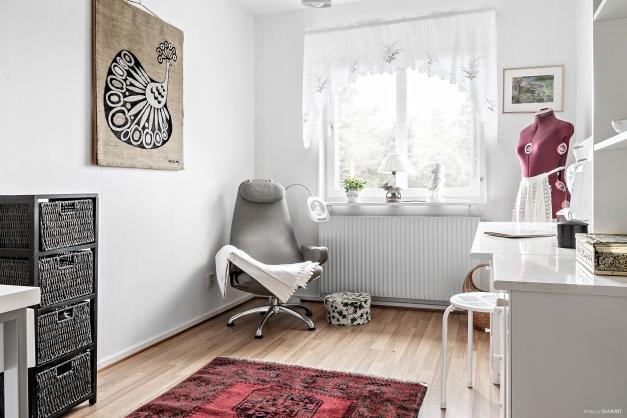 Sovrum 2, ljust och möblerbart med stora fönster