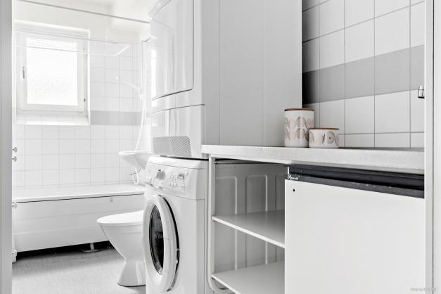 Badrum med tvättstugedel