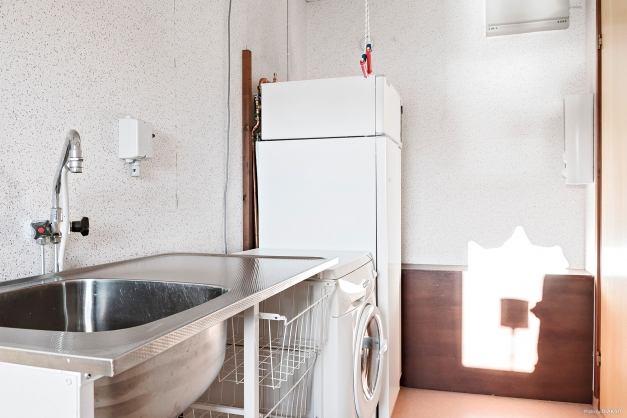 Tvättstuga innanför kök