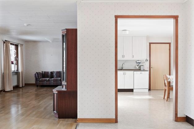 Hall mot kök och vardagsrum
