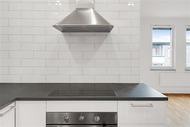 Detalj kök. Spishäll, fläkt, varmluftsugn