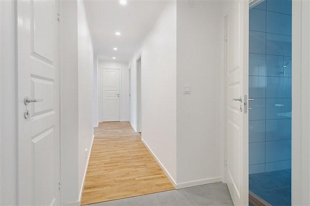Välkommen in! Hall med badrum till höger och vänster. Till höger 2 sovrum. Rakt fram klädkammare. Till vänster kök, vardagsrum och det 3:e sovrummet.