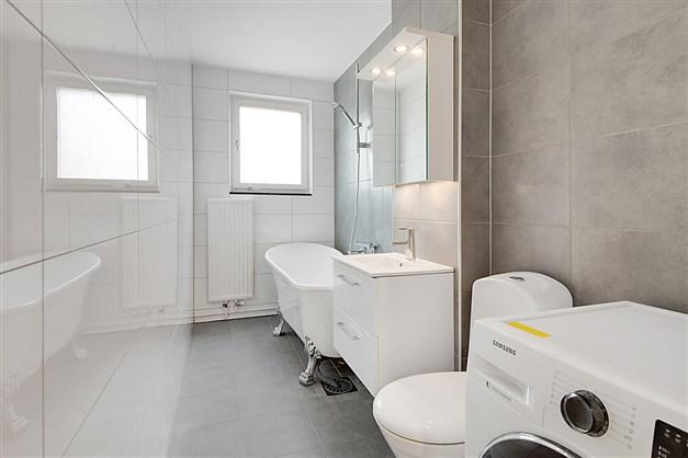 Två helkaklade badrum varav det ena med badkar och tvättmaskin