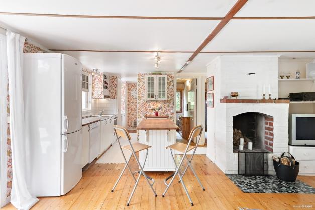 Huset har öppen planlösning mellan kök och allrum.