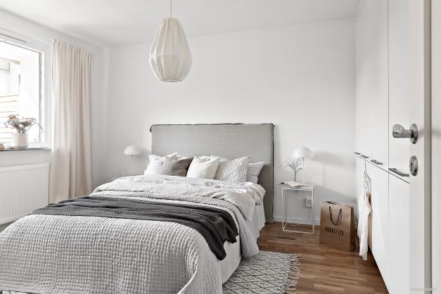 I sovrummet finns det gott om förvaring med en hel garderobsvägg