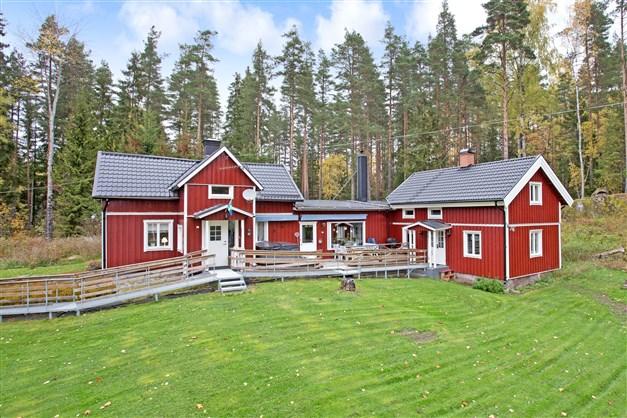 Vacker gård vid Arbogaån med villa som består av 2 hus, lada, uthus och jordkällare.  Del i bad- och båtplats och fiskerätt!