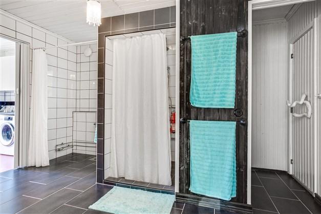 I badrummet finns ingång till bastun.
