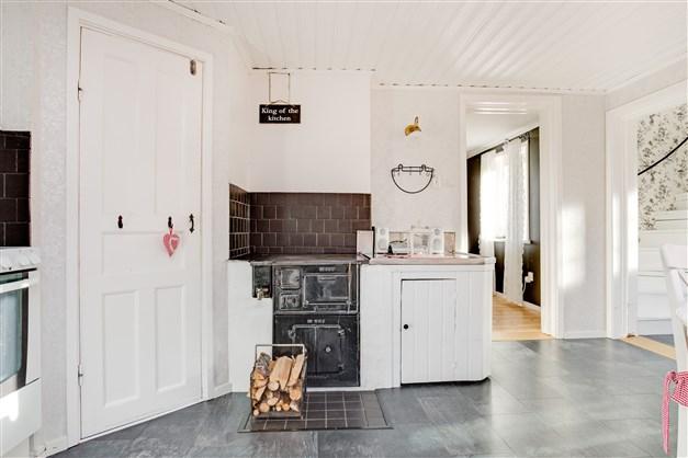 Vedspis finns i köket som ger extra värme och ett skafferi.