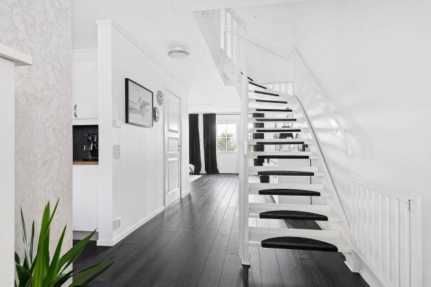 Hall med trappa till övervåningen