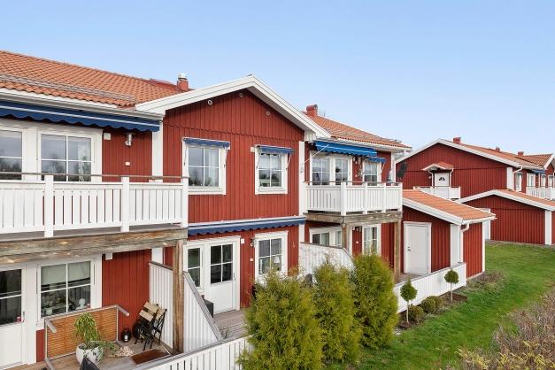 Röda hus med vita knutar - som traditionen bjuder.