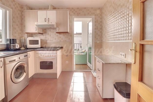 Köket har utgång till en liten balkong