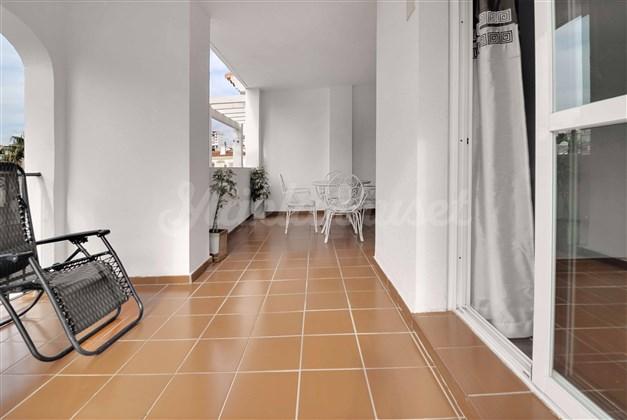 Stor balkong utanför vardagsrummet och ett av sovrummen