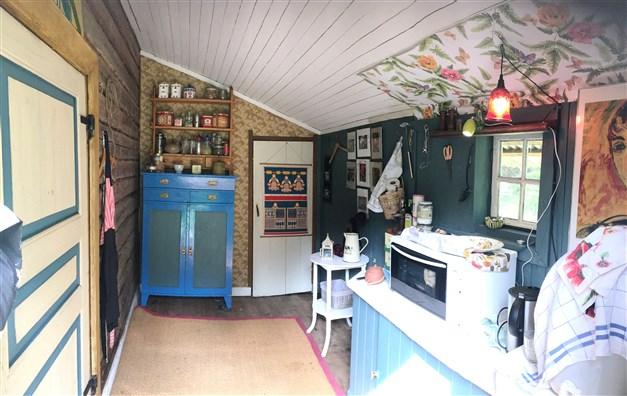 Hallen med dörr till köket till vänster i bild och förråd rakt fram.