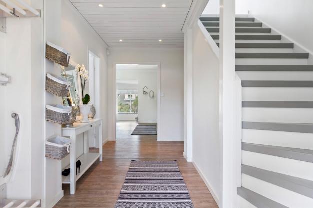 Entré/hall och anslutning till vardagsrum rakt fram och kök till vänster