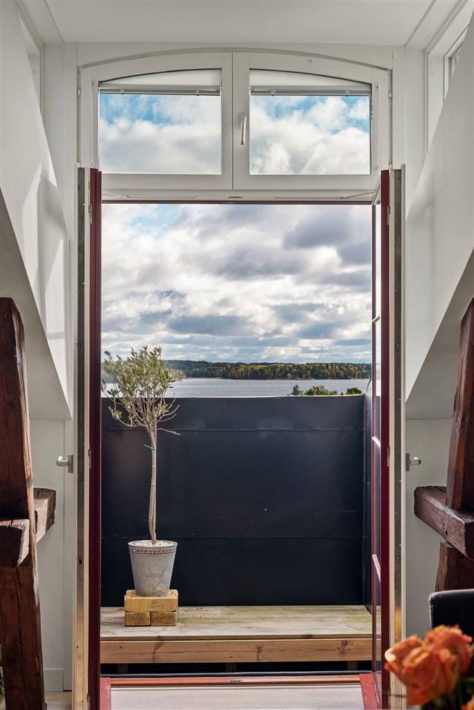 Balkong som nås från vardagsrummet