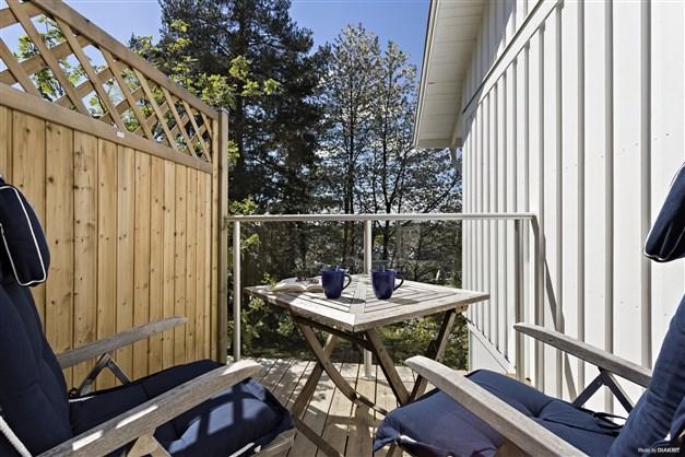 Trädäckad veranda med morgonsol som nås från masterbedroom.