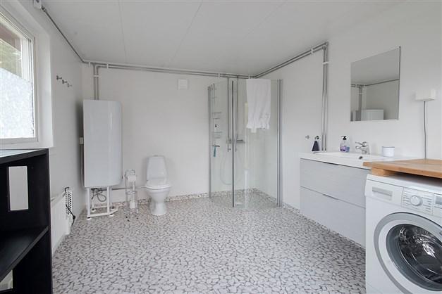 Dusch, wc och tvätt i separat byggnad i anslutning till gästhusen
