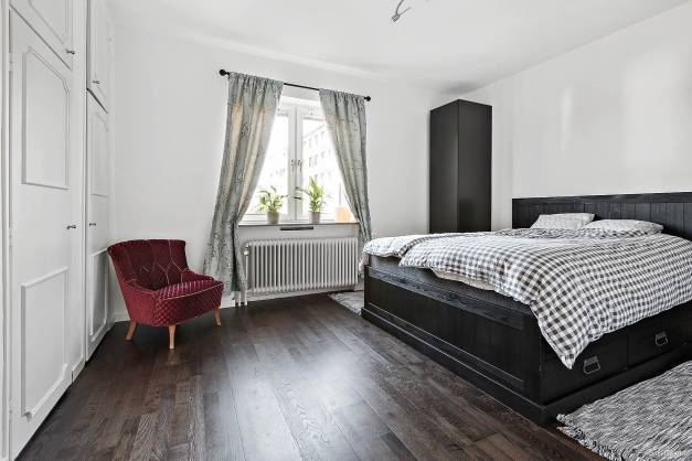 Bra sovrum med garderober.
