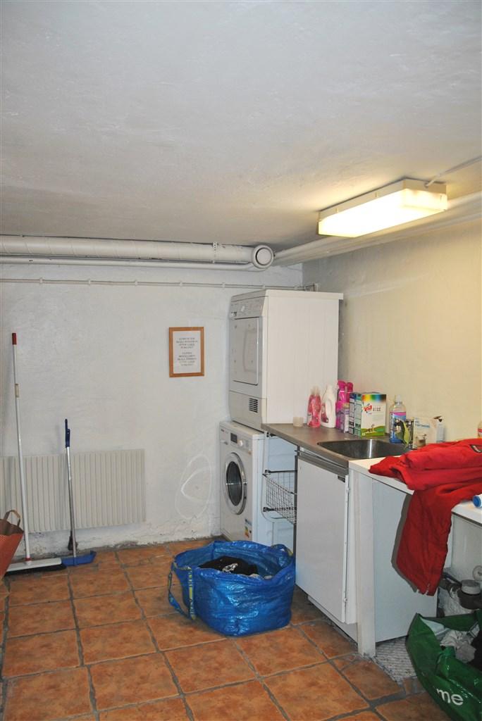Tvättstuga i källaren (intilliggande torkrum)