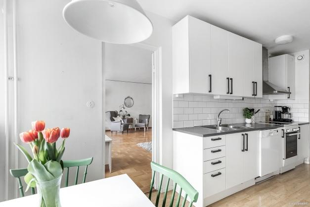 Från köket når man både badrum, hall och vardagsrum.