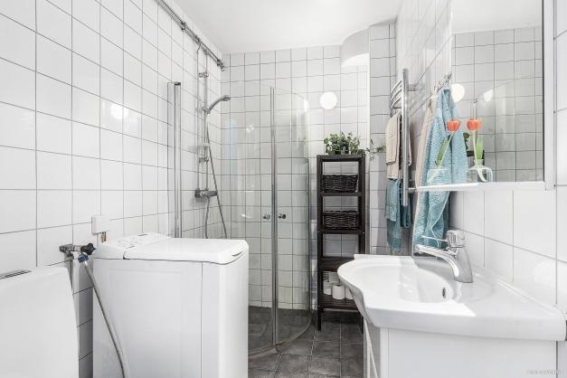 Badrum med plats för tvättmaskin.  (Dock ingår inte den på bilden i köpet)