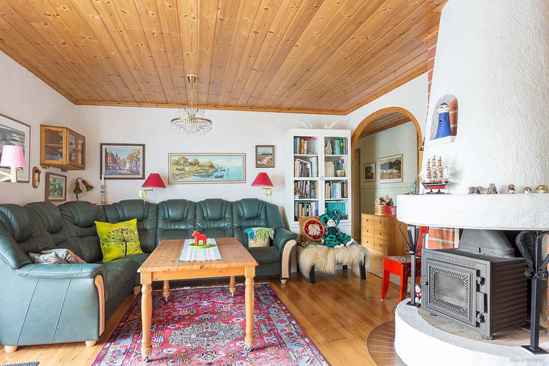 Vardagsrum med vackra trägolv och braskamin