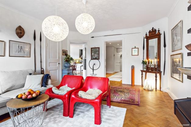 Vardagsrum med vy mot kök och hall