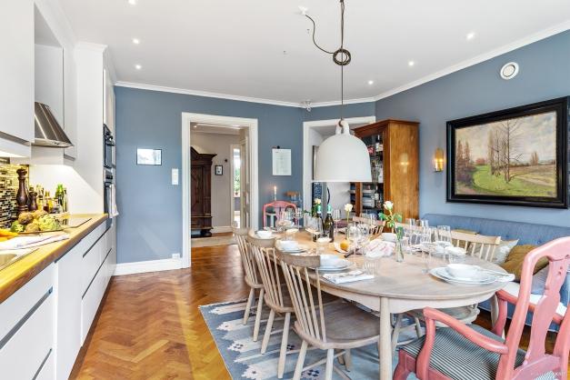 Kök med vackra siktlinjer mot hall och vardagsrum