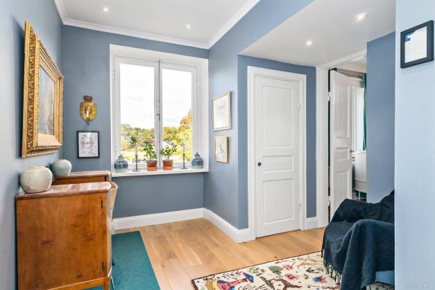 Hall mellan sovrum två och tre, kan nyttjas som kontor eller göras om till ytterligare sovrum