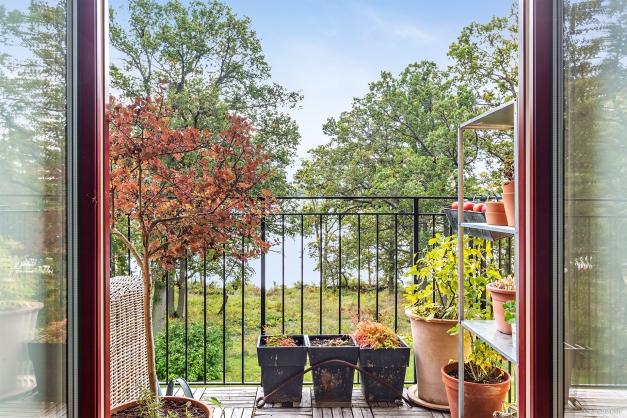 Balkong med plats för möblering och växtarrangemang