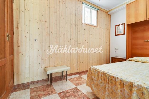 Sovrum 1 med inbyggda garderober