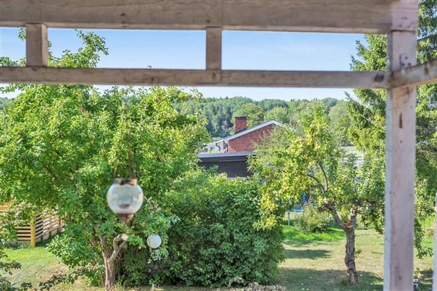 Lummig utsikt mot trädgården