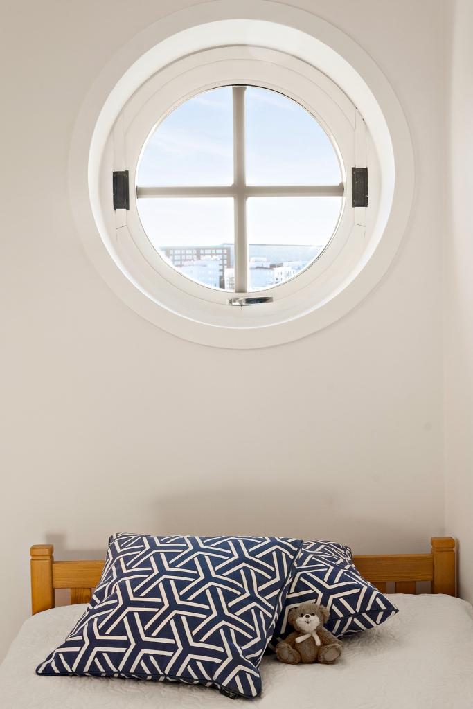 En fin detalj i sovrum 2 är det runda fönstret.