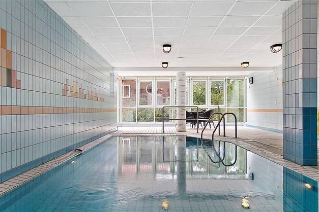 Föreningens fina pool med bastu i angränsande rum.