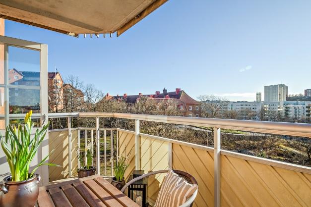 Balkong med härlig utsikt över Liljeholmens takåsar