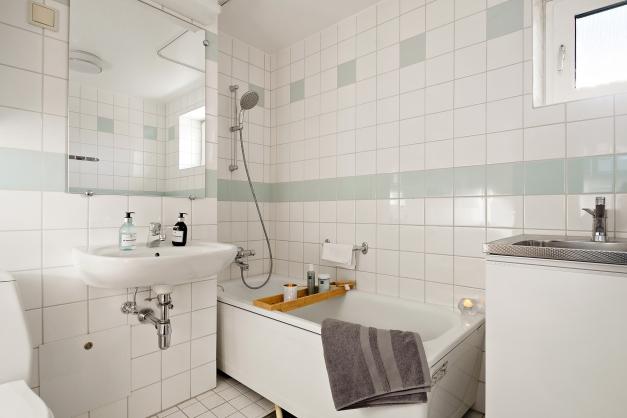 Badrum med badkar och fönster