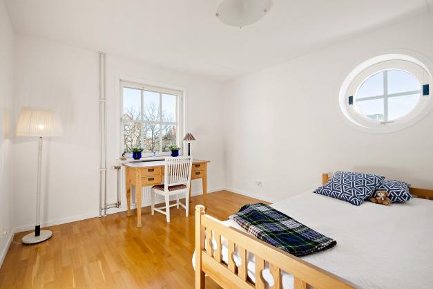 Sovrum 2 med fönster i två olika väderstreck