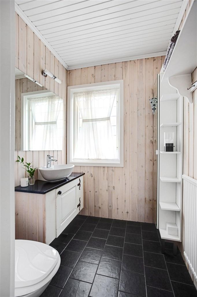 Separat wc med kommod med handfat.