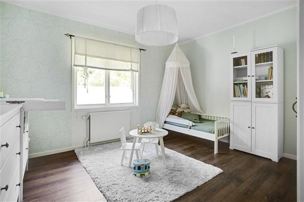 Sovrum 1 med 2 garderober och överskåp.