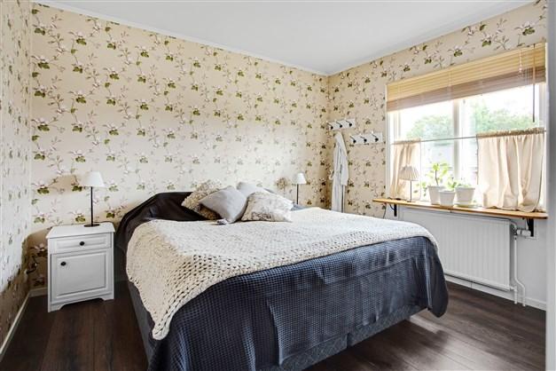 Sovrum  2 med 4 garderober.