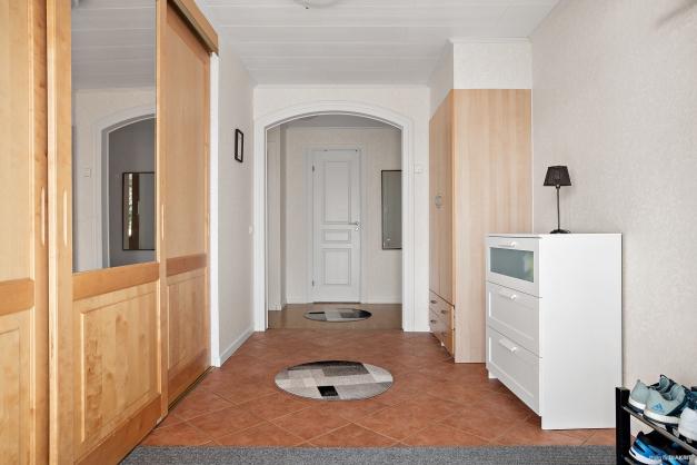 Hallen är rymlig och med klinkergolv (golvvärme). Skjutdörrsgardrob, hatthylla etc.