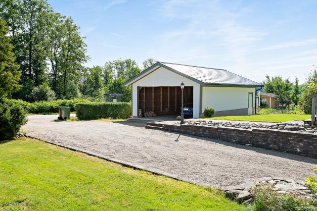 Dubbelgarage om ca 60 m² (garagedörr/-port ej installerad)