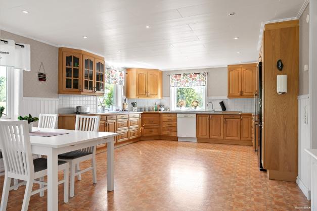 Rymligt kök med gott om skåp/lådor och köksinredning i ljus ek